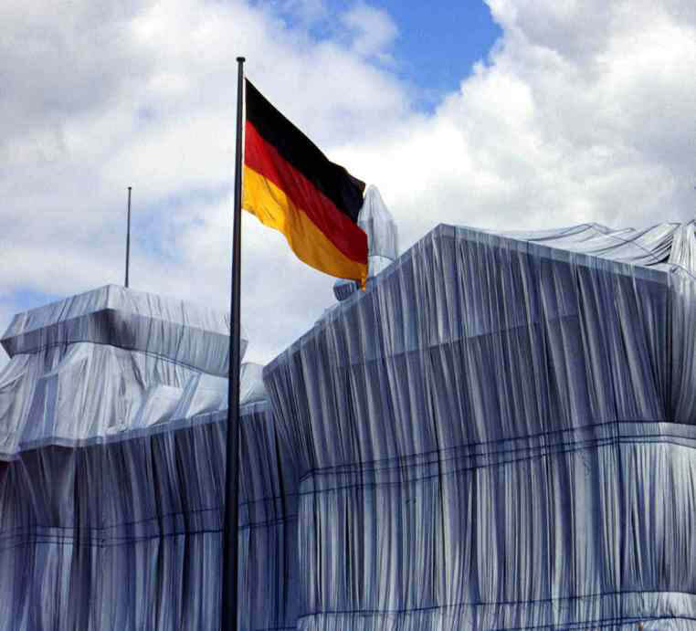 Reichstag mit Fahne