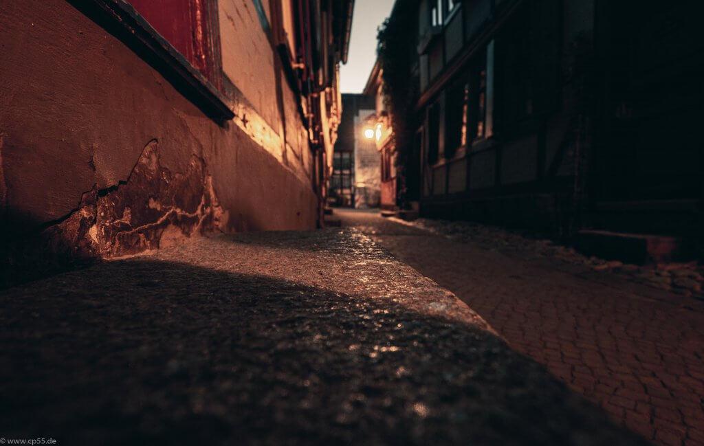 Gasse in Quedlinburg in der Nacht