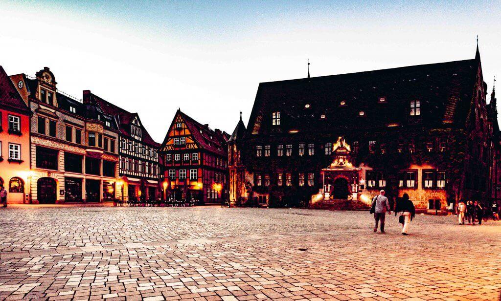 Das Rathaus mit dem Vorplatz in Quedlinburg