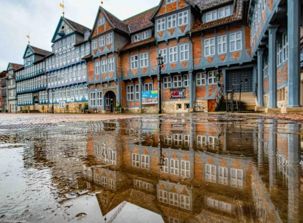 Stadtmarkt Wolfenbüttel an einem Regen-Samstag mit einer Pfütze Spiegelung