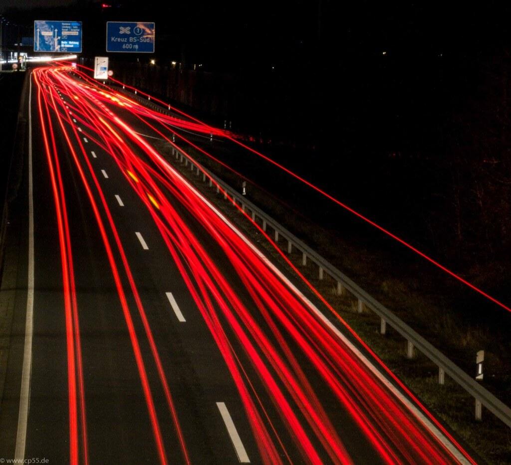 Rote Streifen auf der Autobahn