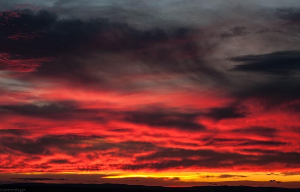 Schwarz Rot goldener Himmel