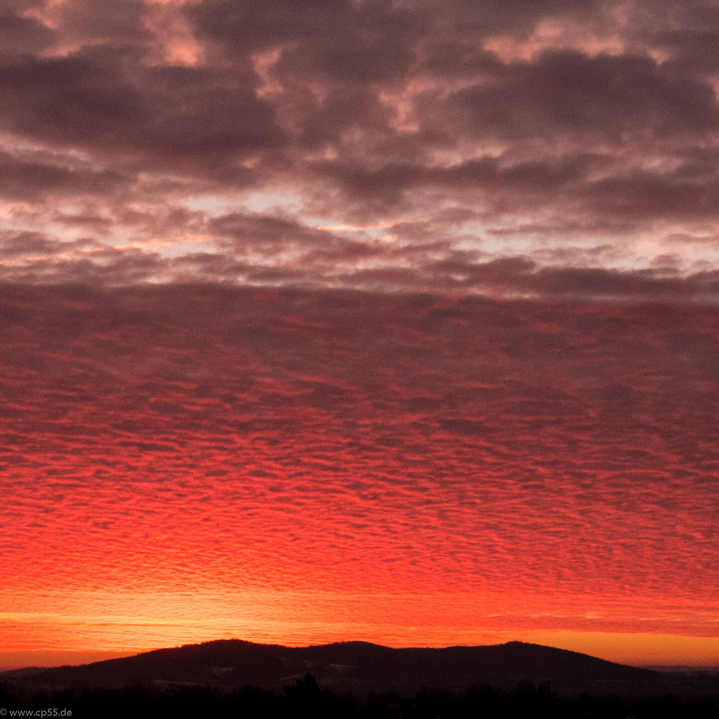 roter Sonnenaufgang über der Asse