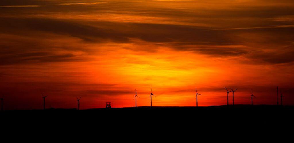 Windräder roter Sonnenuntergang