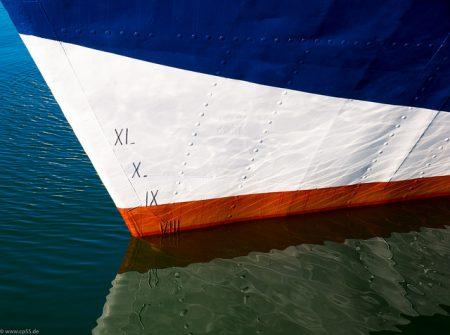 Spiegelung des Schiffes im Wasser