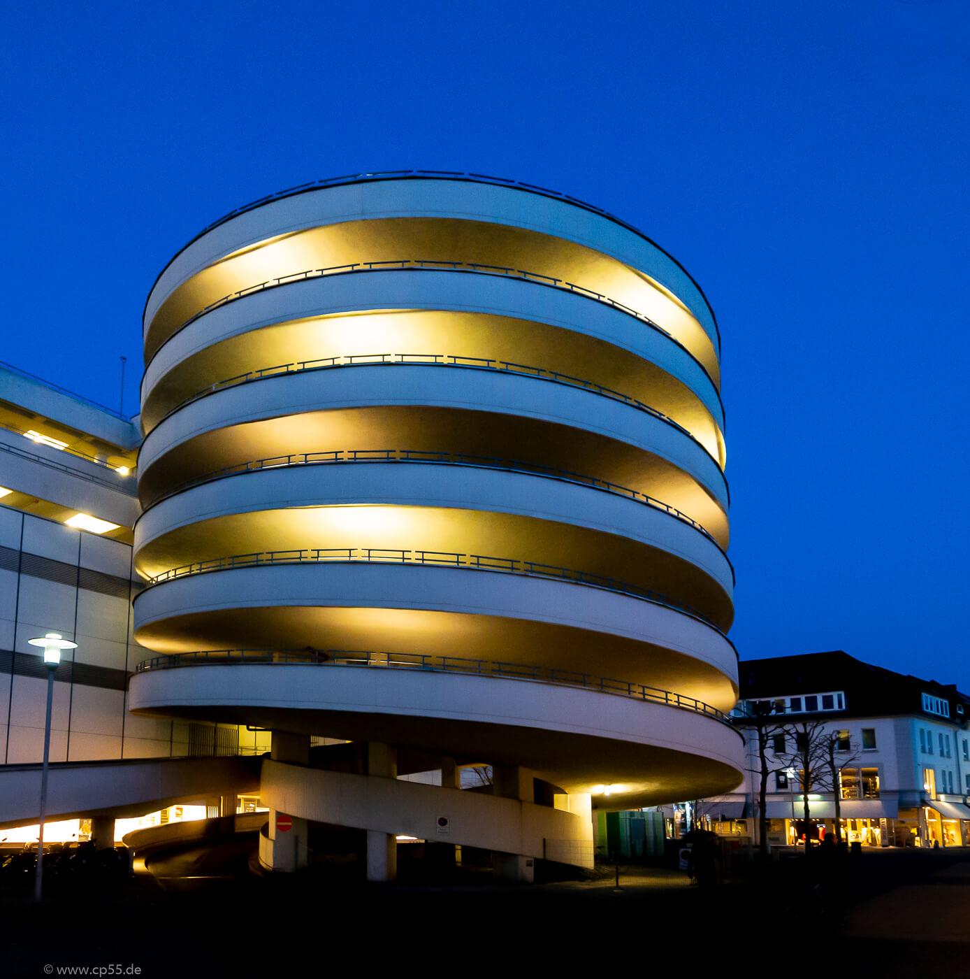 Parkhaus in Braunschweig zur blauen Stunde