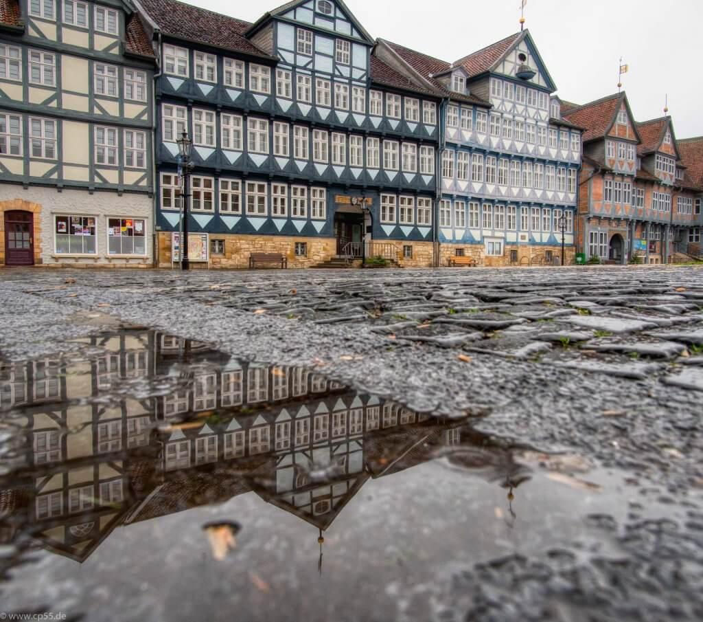 Rathaus Wolfenbüttel spiegelt sich nach dem Regen in einer Pfütze